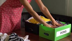 Boîte de dons avec des vêtements
