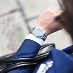 Mann schaut auf seine Uhr