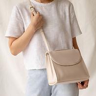 Femme avec sac en cuir