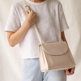 Mulher com bolsa de couro