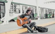 Guitariste sur un quai de gare