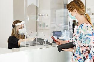 Infektionsschutz mit Durchsicht für Tresen, Kassenbereiche und als Raumtrenner. Transparent als Rollo, Flächenvorhang, Austeller oder Aufhänger mit Stahlseil. Rollo-Flächenvorhang-Plexiglas-Plexiglasplatte-