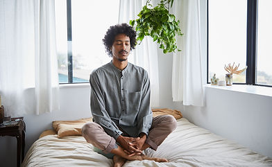 Mediterar på sängen