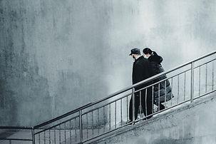 Geht die Treppe hinunter
