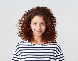 Молодая женщина с вьющимися волосами