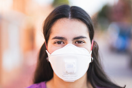 Mujer con máscara facial
