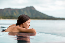 Uma mulher olhando para uma piscina