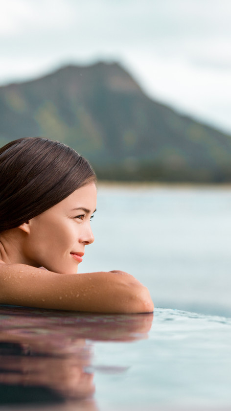 Une femme à la recherche d'une piscine