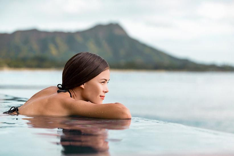 Una mujer mirando por la piscina