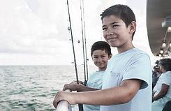 Niños en barco de pesca
