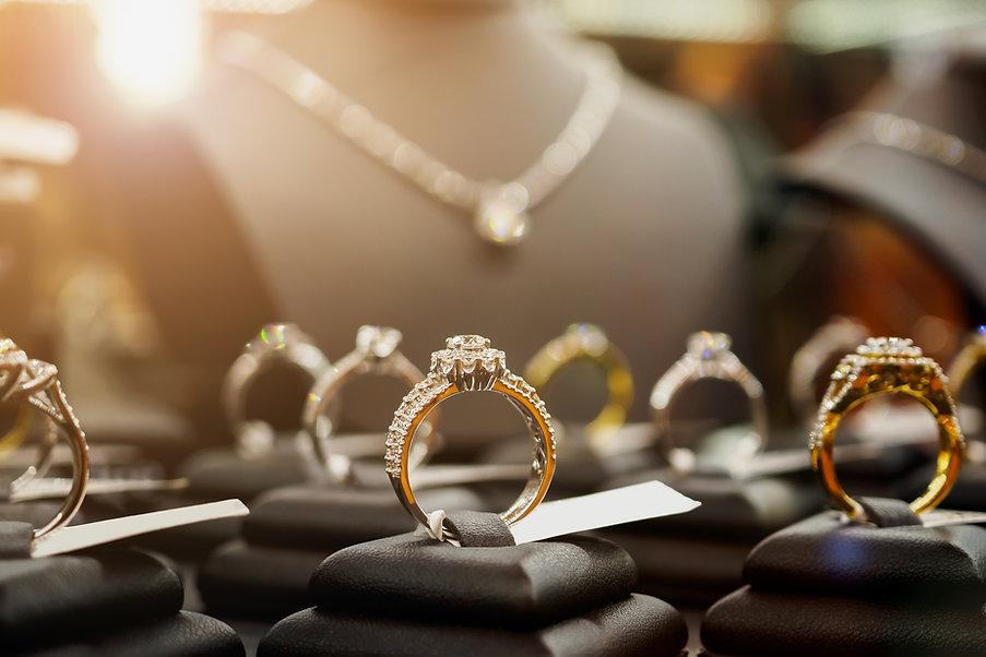 Золотые кольца на дисплее в ювелирном магазине
