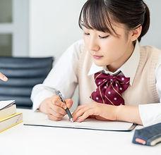 ノートを取る学生