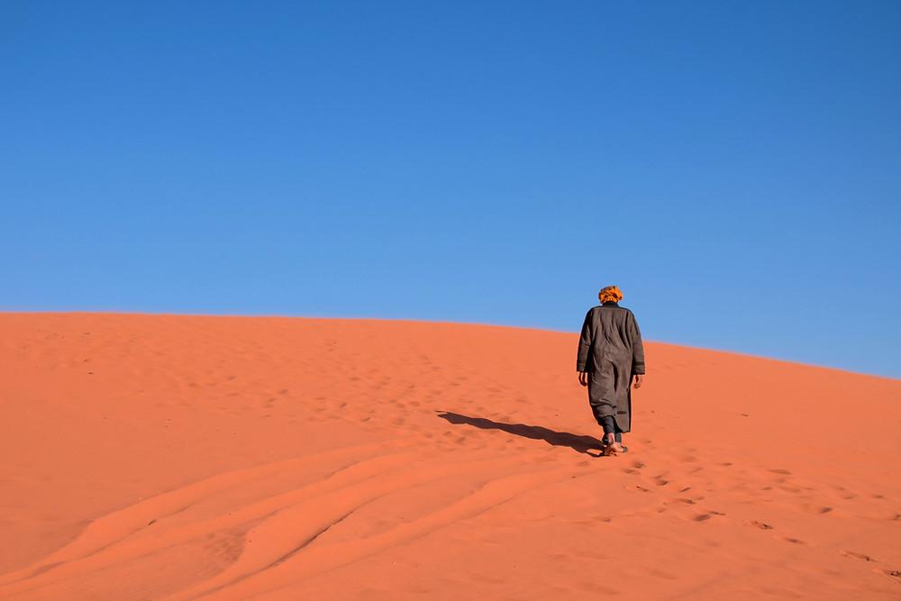 Un homme marche dans le désert