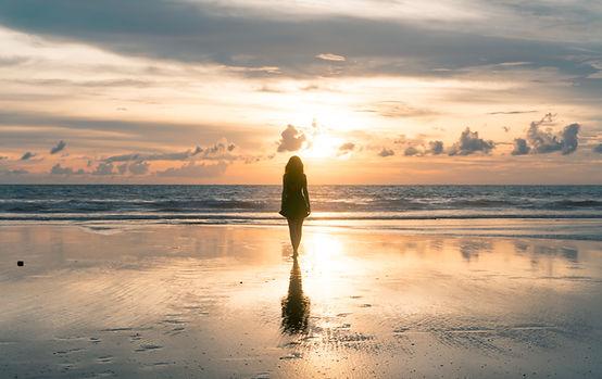 Mulher admirando o pôr do sol