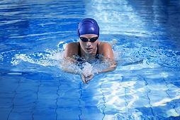 Frau, die im Pool schwimmt