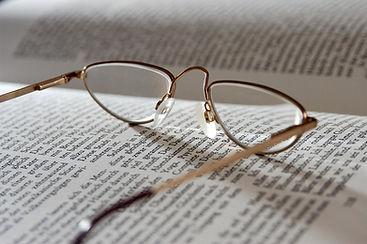 Brille auf Buch