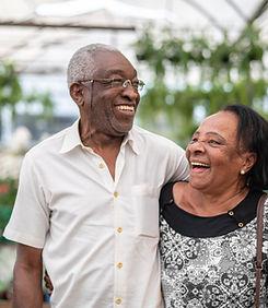 幸せな年配のカップル