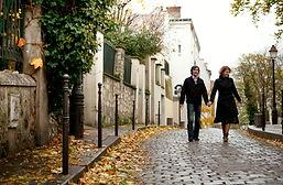 Couple se promenant dans la ville en automne