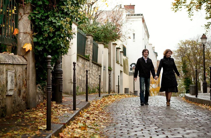 Couple se promenant dans la ville en aut