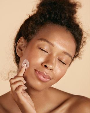 Applicazione di crema per il viso