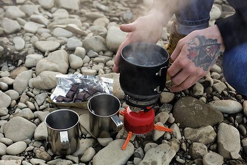 Faire du thé dans la nature