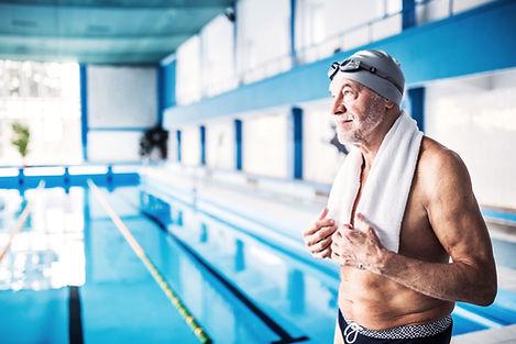 En senior mand ved swimmingpoolen