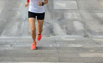 Joven mujer corriendo