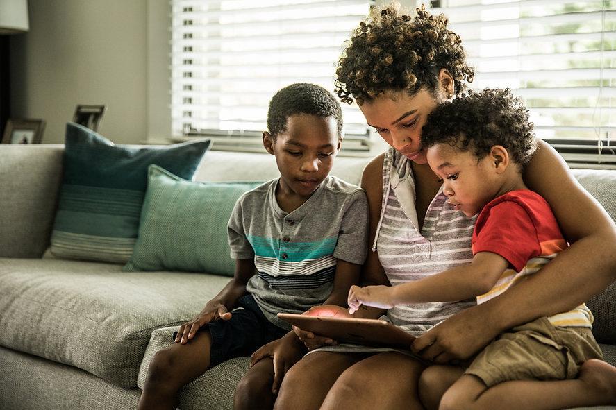Família usando um tablet