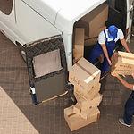 Déménageurs transportant des colis