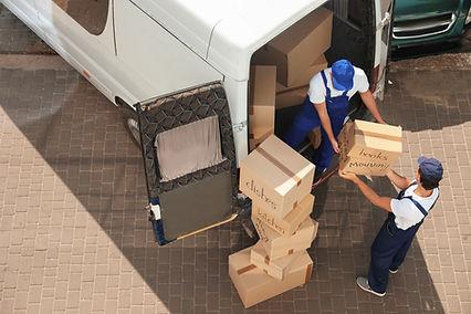 Traslochi che trasportano pacchetti