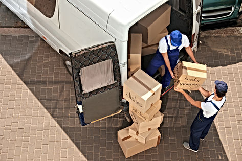 Verhuizers met pakketten