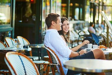 Couple à la terrasse d'un café
