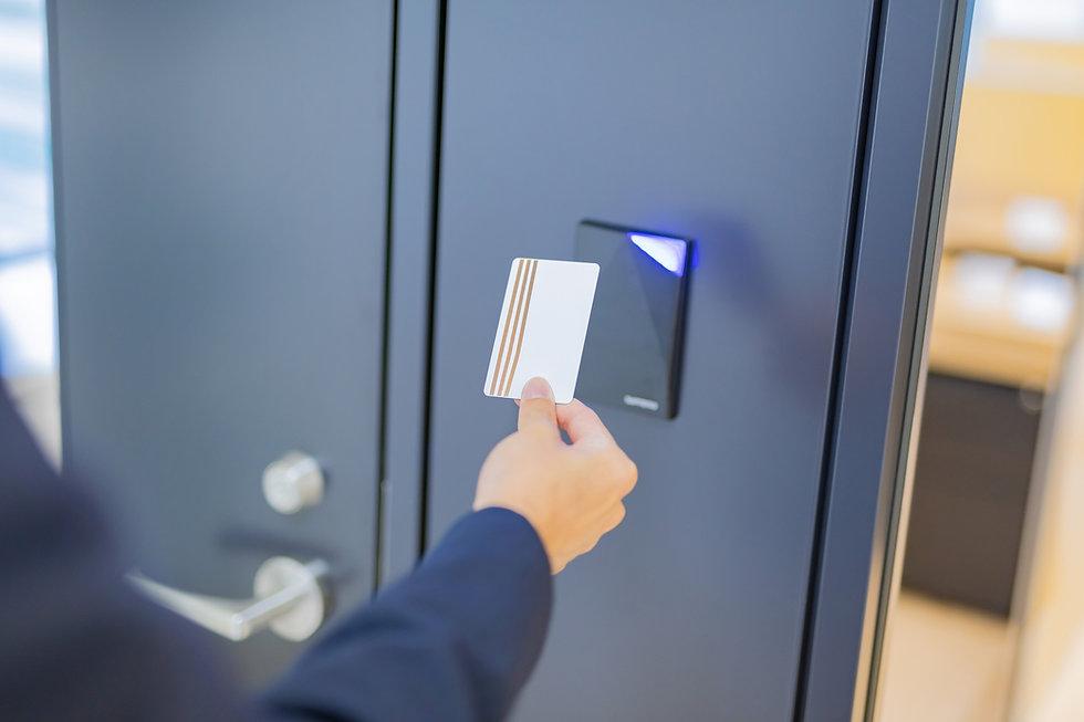 ビジネスシーン カードキーでドアを開ける セキュリティ カードリーダー