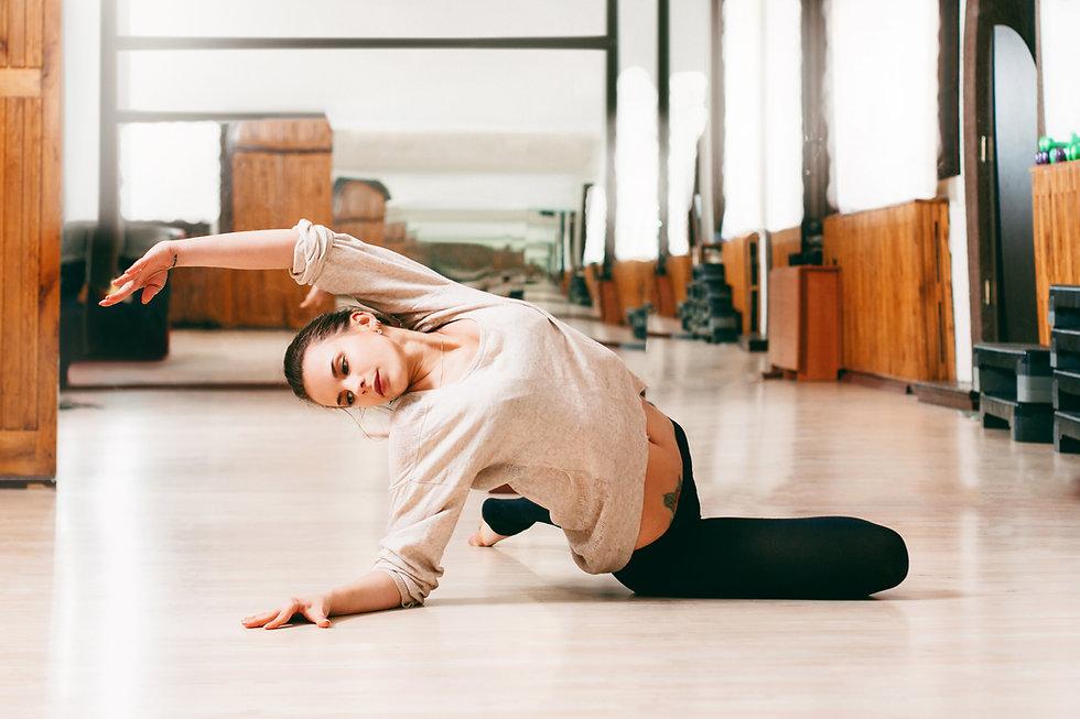 אישה רוקדת מחול מודרני בסטודיו