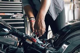 Meccanico che ripara motociclo