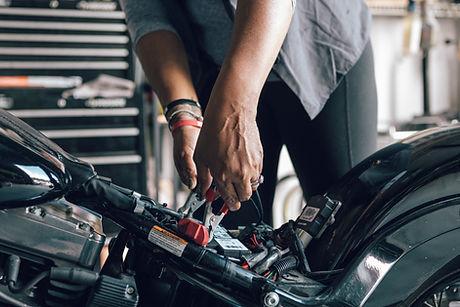 Mechaniker, der Motorrad repariert