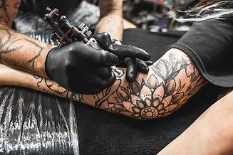 Artista del tatuaje en el Trabajo