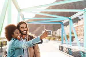Coppia prendendo un selfie