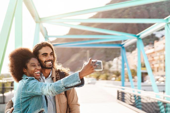 Selfieを取るカップル