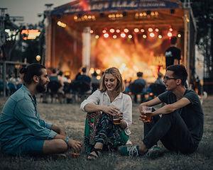 Freunde, die Konzert genießen