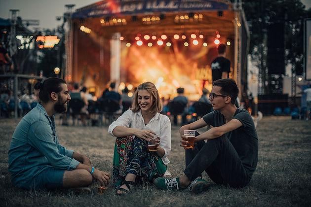 Vrienden genieten van het concert
