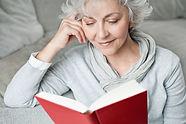 Mulher estudando gramática