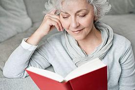Dame liest Buch