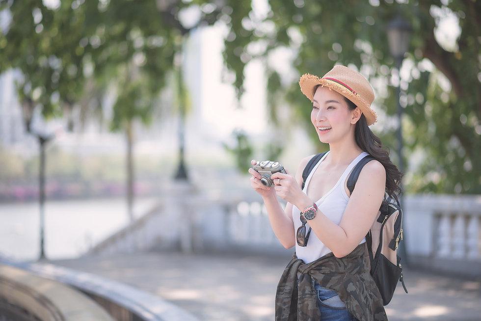 写真を撮る旅行者