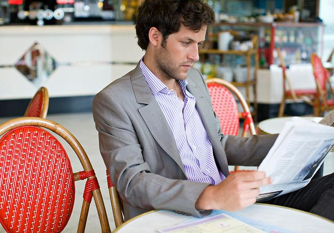 Homme lisant le journal