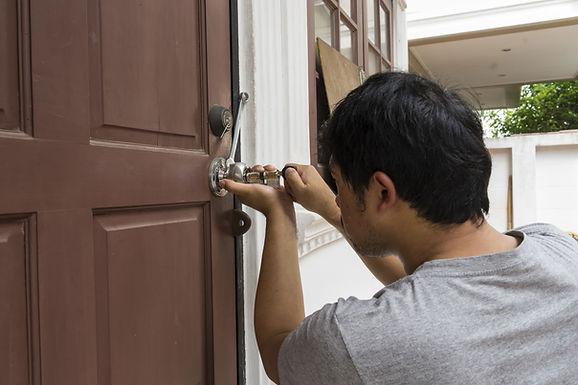 Instalación cerradura en puerta de madera