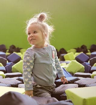 Bambino nella stanza dei giochi