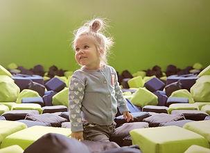 Bébé dans la salle de jeux