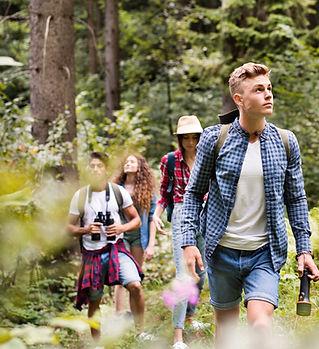 Tieners wandelen in het bos