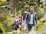 Nastolatki piesze wycieczki w lesie